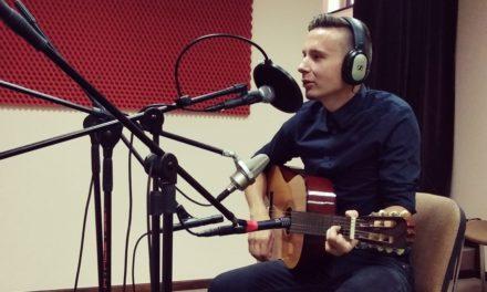 Sebastian Modliszewski śpiewa